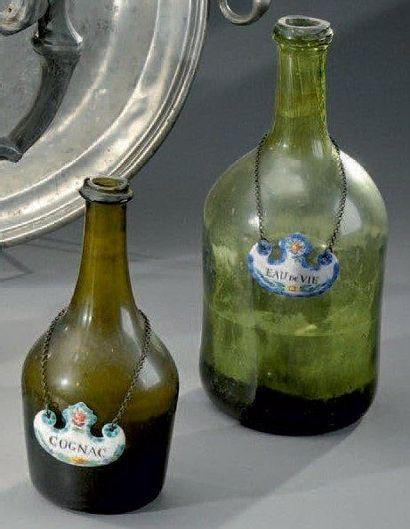 Deux bouteilles en verre soufflé vert XIXe...