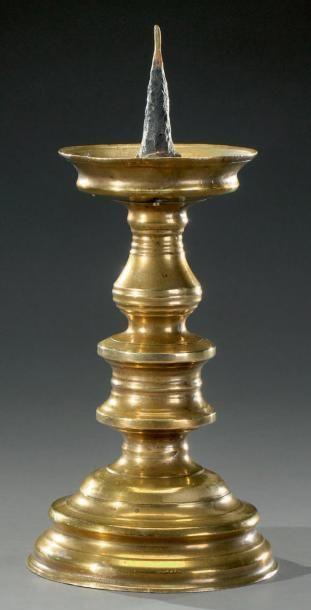 Pique-cierge en bronze, fût tourné et fortement...
