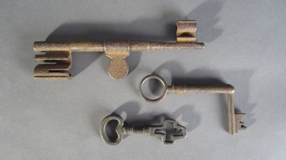Lot de trois clefs à système: - Clef à la...