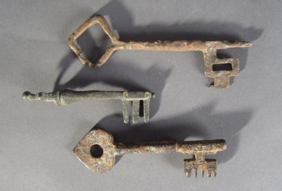 Lot de trois clefs romano-gothiques: - Clef...