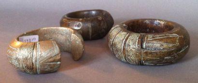 Lot de trois bracelets en métal gravé dont...