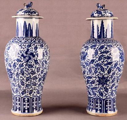 CHINE - XIXe siècle Paire de potiches de forme balustre en porcelaine blanche décorée...