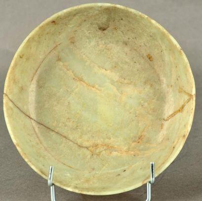 CHINE - Epoque QIANLONG (1736 - 1795) Coupe en néphrite céladon à décor sculpté en...