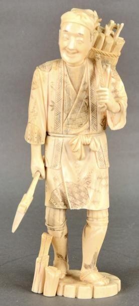 JAPON - XIXE SIÈCLE Okimono en ivoire marin du Japon, bûcheron debout portant un...
