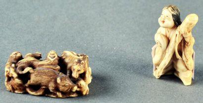 JAPON - Epoque MEIJI (1868 - 1912) Deux petits okimono en ivoire à patine jaune,...