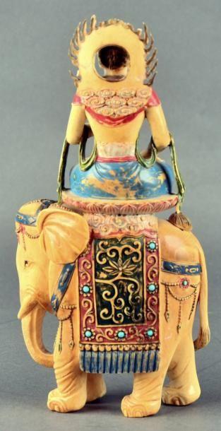CHINE - XXe siècle Statuette de divinité assise sur un lotus posé sur un éléphant...