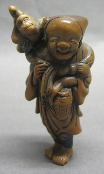 JAPON - Epoque MEIJI (1868 - 1912) Netsuke en bois à patine brune sarumawashi debout...