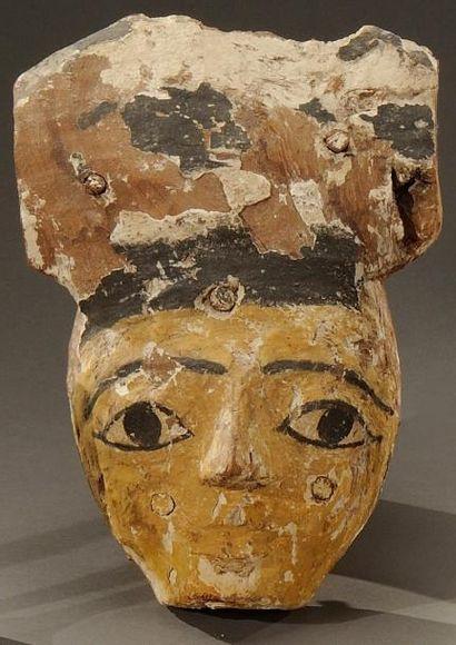 Masque de sarcophage à vernis peint en noir....