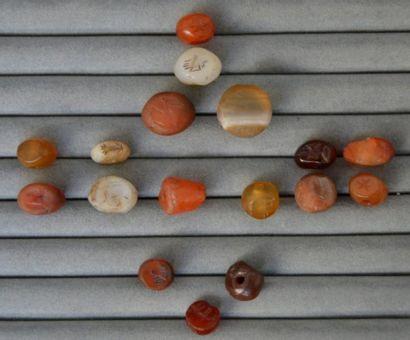 Lot comprenant une perle et seize cachets...