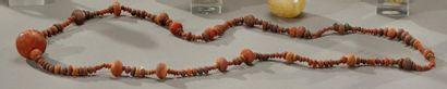 Important collier composé de perles globulaires...