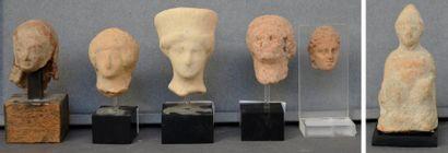 Lot de deux têtes féminines et un personnage...