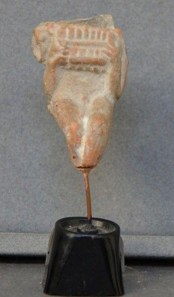 Fragment de statuette d'un personnage jouant...