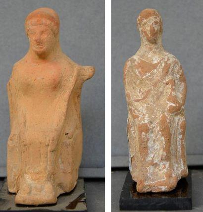 Lot comprenant deux statuettes péplophores...
