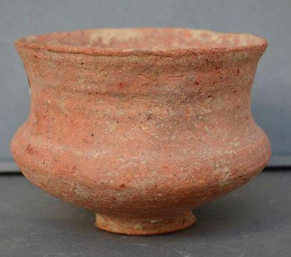 Vase antique de culture indéterminée. Forme...