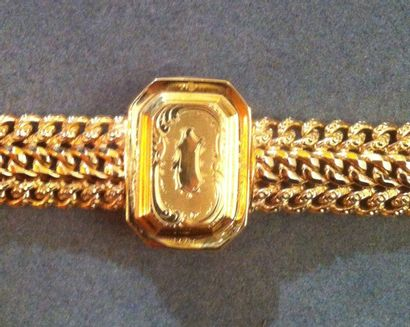 Bracelet large en or jaune agrémenté d'un motif rectangulaire ciselé d'un décor...