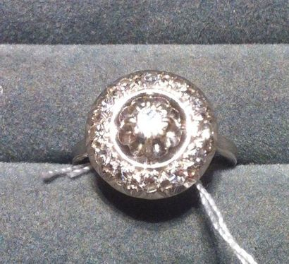 Bague ancienne monture or gris, serti platine, agrémentée d'un diamant central d'environ...