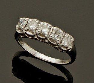 Bague rivière, ornée de cinq diamants taille...