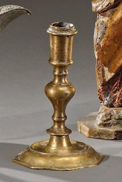Bougeoir balustre en bronze à base octogonale...