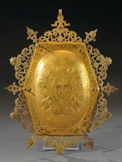Rare et grand médaillon hexagonal en laiton doré incrusté de bâtonnets de corail...