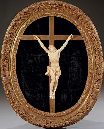 Très important crucifix en ivoire sculpté...