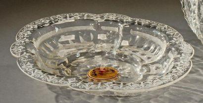 BOHEME Plat ovale creux à médaillon et bord dentelé en verre, taillé d'oves et perles....