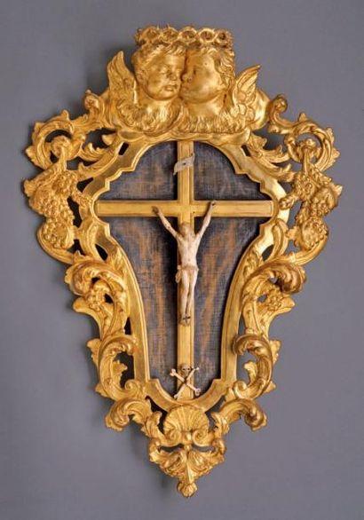 Crucifix en ivoire dans un important encadrement...
