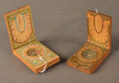 Deux cadrans solaire-boussole de poche en...