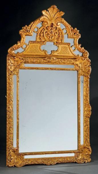 Miroir rectangulaire à parecloses et fronton...