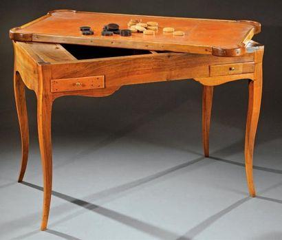 Table tric-trac en noyer à plateau mobile,...