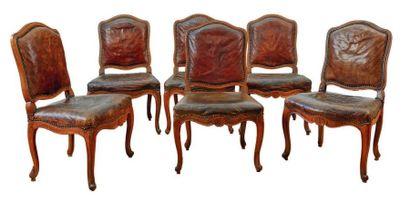 Suite de six larges chaises en noyer mouluré...