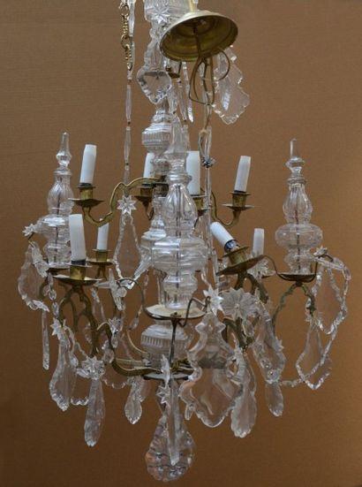 Lustre en bronze à huit lumières sur deux étages, pendeloques et «bouteilles» en...