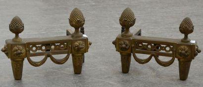 Paire de chenets en bronze à frise ajourée,...