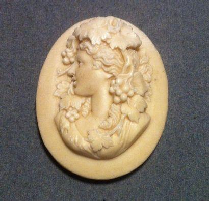Important camée en pierre dure blanche, sans monture, représentant le buste d'un...