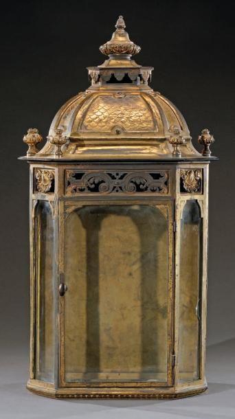 Importante lanterne en bronze doré rectangulaire à pans coupés surmontée d'une frise...