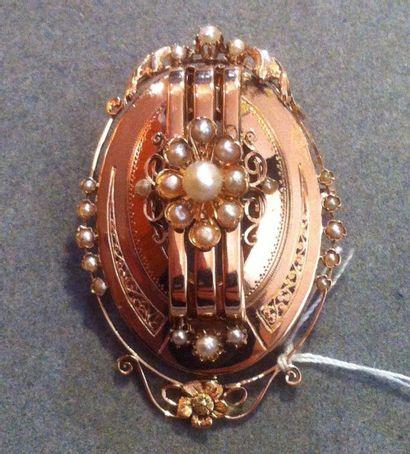 Broche ovale, en or rose, agrémentée d'une...