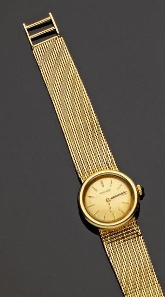 JAEGER LECOULTRE Bracelet montre de dame tout or jaune. Boîtier rond, maille paillasson,...