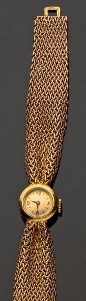 Bracelet montre de dame tout or jaune. Le...
