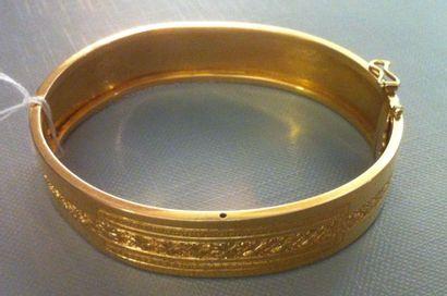 MAISON BEAUMONT Bracelet d'esclave ancien en or jaune en parti ciselé d'un motif...