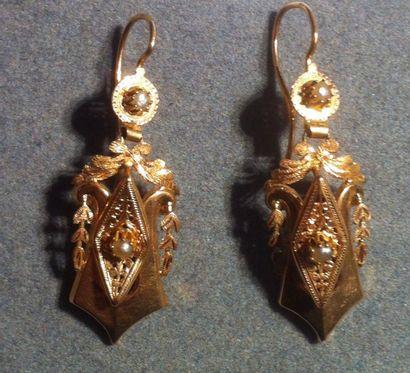 Ravissante paire de pendants d'oreilles en or jaune et perles XIXe siècle Poids...