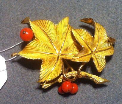 AUGIS Élégante broche représentant des feuillages ornés de perles de corail Poids...