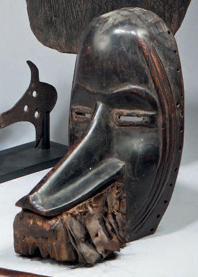 Masque Dan Diomande, Côte-d'Ivoire Bois dur à patine brun foncé noir, cuir et fourrure,...