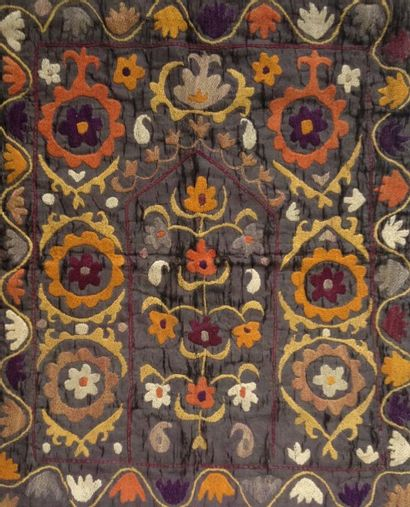 Petit tapis en broderie suzani, Asie centrale,...