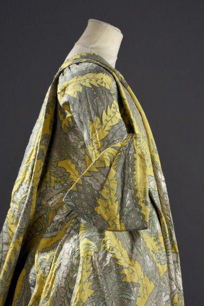 Exceptionnelle robe volante, vers 1730, lampas fond gros de Tours jaune citron broché...
