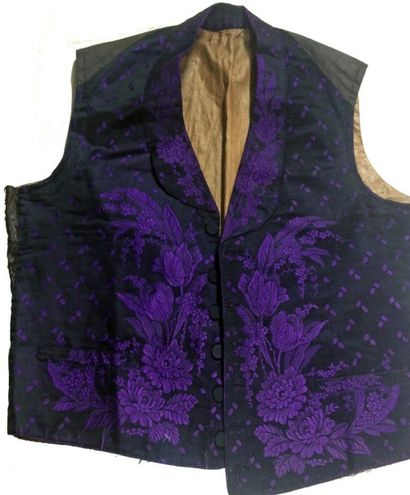 Gilet vers 1850, façonné soie, noir et violet,...