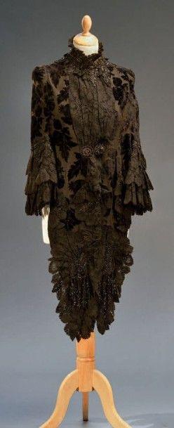 Visite, vers 1885, en velours de soie façonné...