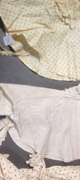 Trois coiffes paysannes, milieu du XIXe siècle, capelinos en toile de coton imprimée...