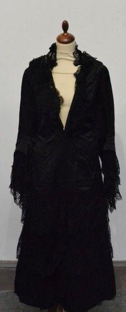 Réunion de costumes féminins, 1850- 1920 environ, collet appliqué de guipure à décor...