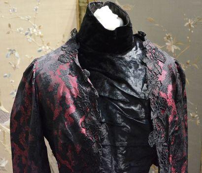 Ensemble habillé, vers 1900, beau façonné lyonnais soie noire et rouge à dessin...