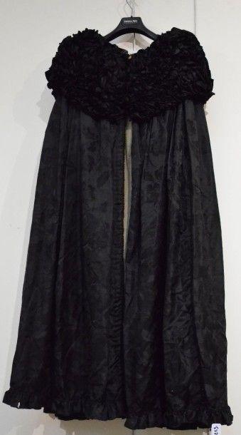 Cape vers 1904, en damas de soie noir à décor...