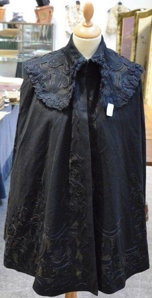 Cape vers 1890-1900, en drap de laine noir...